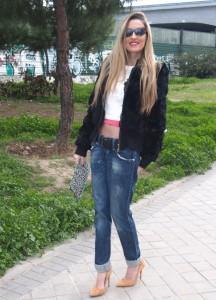 Boyfriend jeans combinedos con cropped hoodie y stilettos