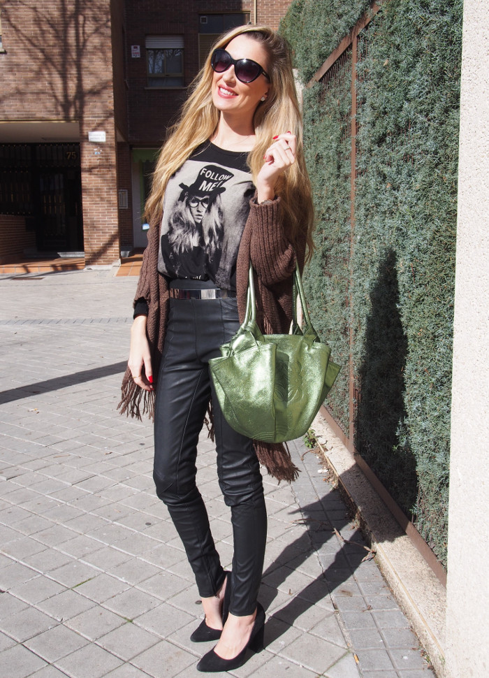 Pantalones de cuero combinados con poncho, cinturón metalizado y bolso Aire de Loewe