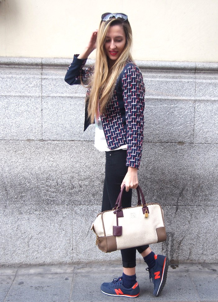 Blazer combinada con skinny jeans, zapatillas New balance y Amazona de Loewe.
