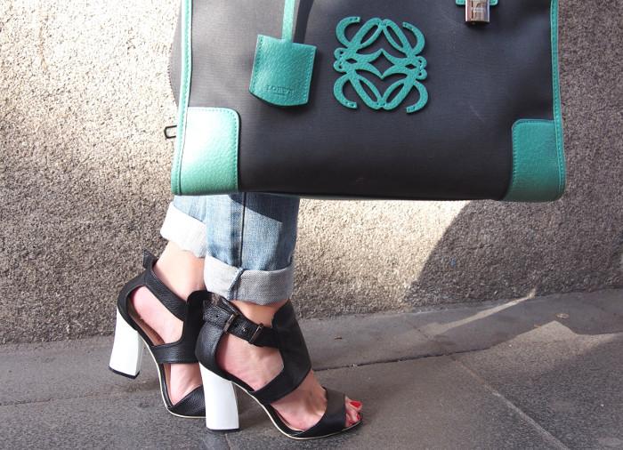 Estilismo con jeans oversized, sandalias de Venca y Amazona de Loewe