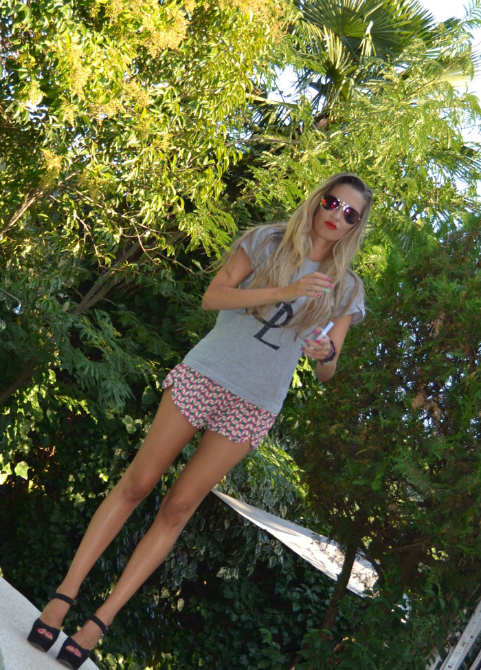 Vespa_Moto_Jogging_Shorts_YSL_Tshirt_Platforms_Blenders_Lara_Martin_Gilarranz_Bymyheels (8)