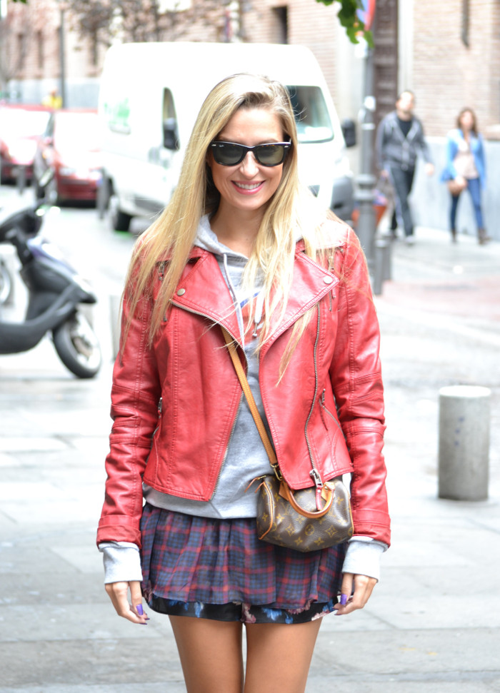Tiendas_Nike_Louis_Vuitton_Speedy_Tartan_Skirt_Perfecto_Leather_Jacket_Wayfarer_Ray_Ban_Lara_Martin_Gilarranz_Bymyheels (2)