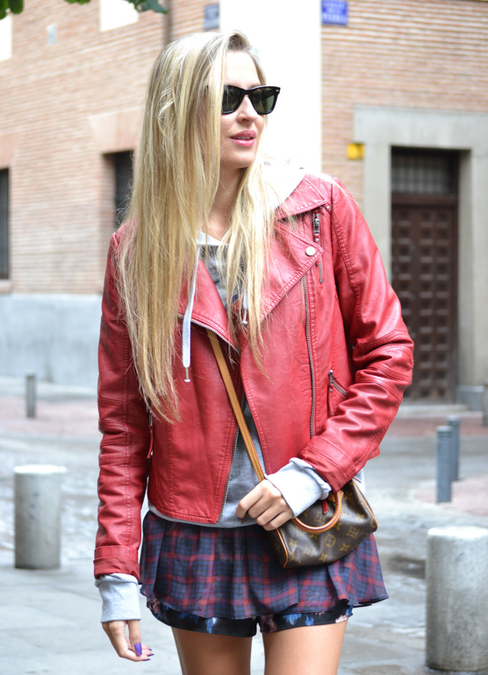 Tiendas_Nike_Louis_Vuitton_Speedy_Tartan_Skirt_Perfecto_Leather_Jacket_Wayfarer_Ray_Ban_Lara_Martin_Gilarranz_Bymyheels (9)