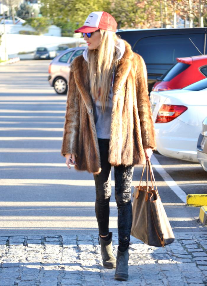 Fur_Cap_Sweatshirt_Neverfull_Louis_Vuitton_BootiesVelvet_Lara_Martin_Gilarranz_Bymyheels (4)
