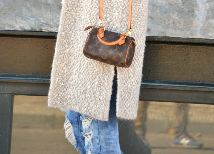 Fur_Vest_Boyfriend_Jeans_Mini_Speedy_Louis_Vuitton_Dear_Tee_New_Balance_Knockarround_Lara_Martin_Gilarranz_Bymyheels (7)