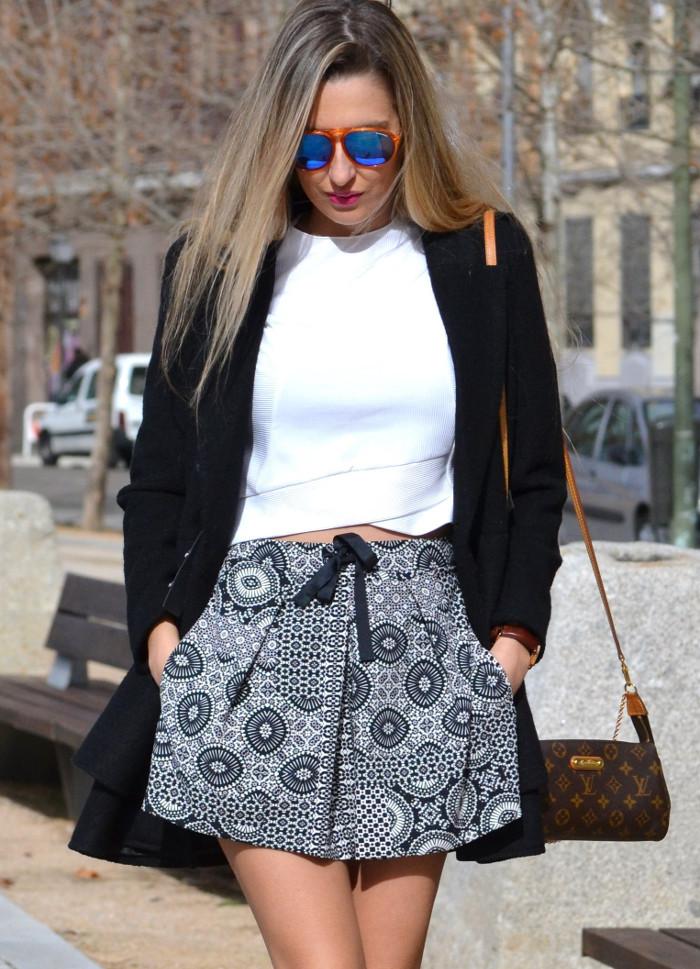 Shorts_Zara_Abrigo_Negro_Sandalias_Calcetines_Rodilla_Gafas_Espejo_ (10)