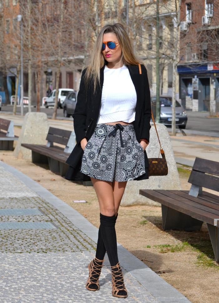 Shorts_Zara_Abrigo_Negro_Sandalias_Calcetines_Rodilla_Gafas_Espejo_ (11)