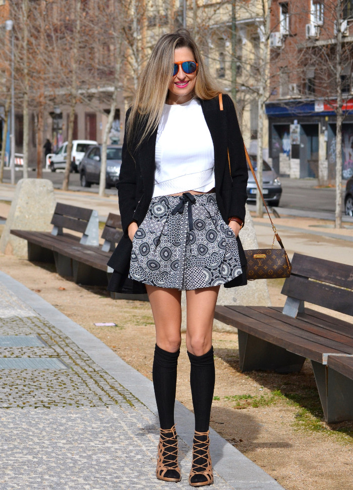 Shorts_Zara_Abrigo_Negro_Sandalias_Calcetines_Rodilla_Gafas_Espejo_ (13)
