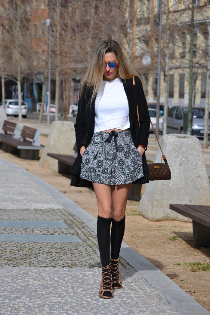 Shorts_Zara_Abrigo_Negro_Sandalias_Calcetines_Rodilla_Gafas_Espejo_ (9)