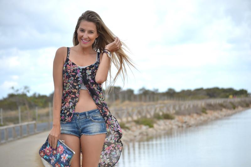 Denim_Shorts_Flowers_Print_Top_Pink_Sandals_Sea_Lara_Martin_Gilarranz_Bymyheels (7)