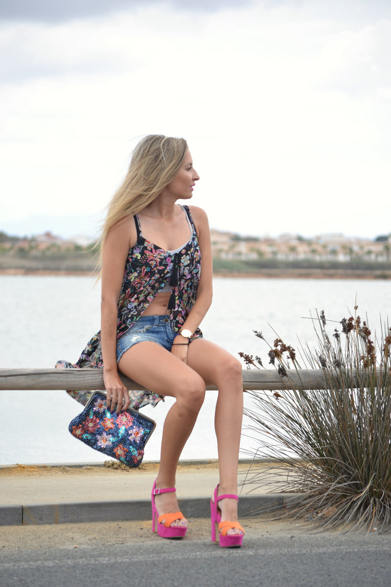 Denim_Shorts_Flowers_Print_Top_Pink_Sandals_Sea_Lara_Martin_Gilarranz_Bymyheels (8)