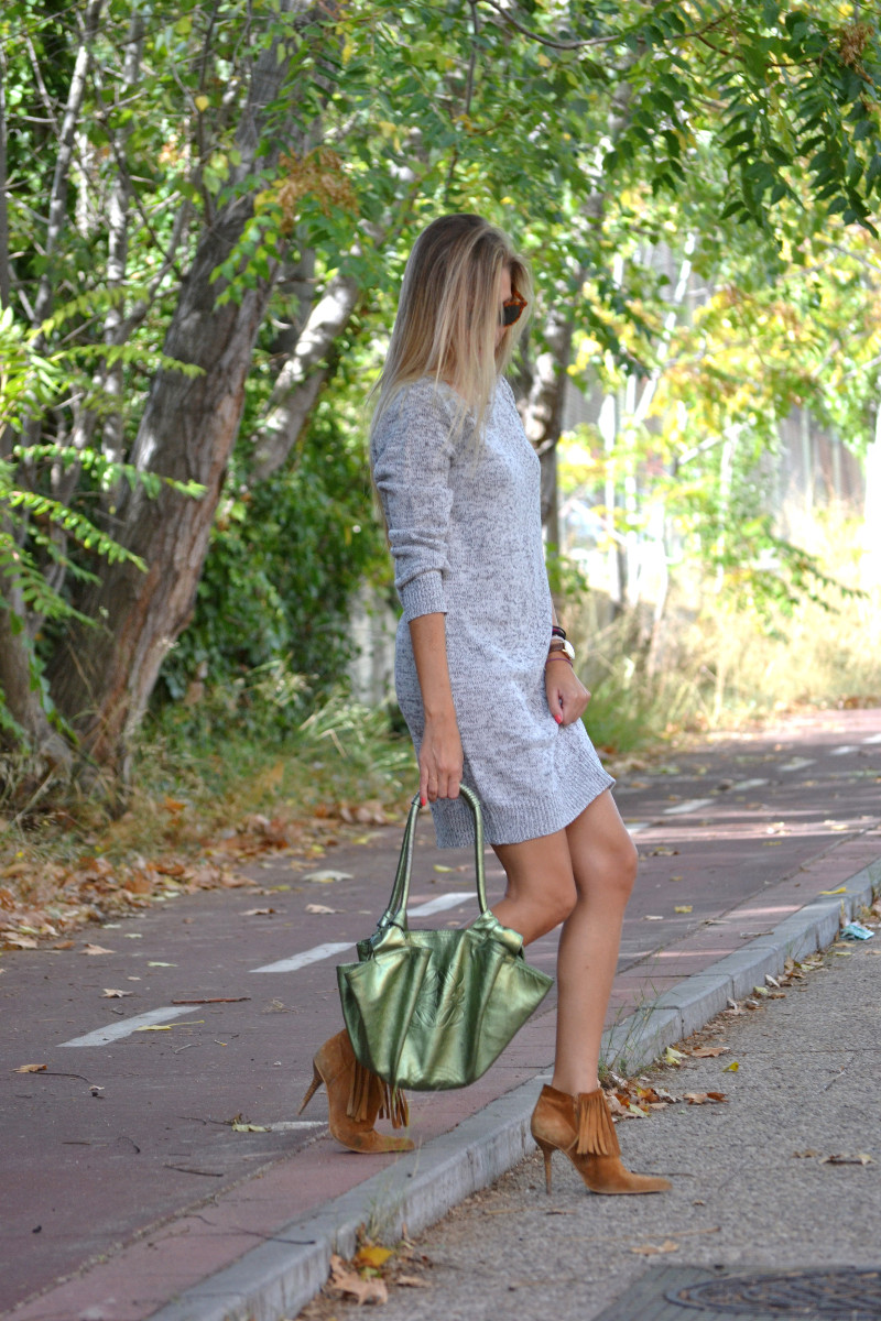 Oversized_Sweater_Dress_Fringed_Booties_Aire_Loewe_Wolfnoir_Lara_Martin_Gilarranz_El_armario_De_La_Tele_Bymyheels (8)