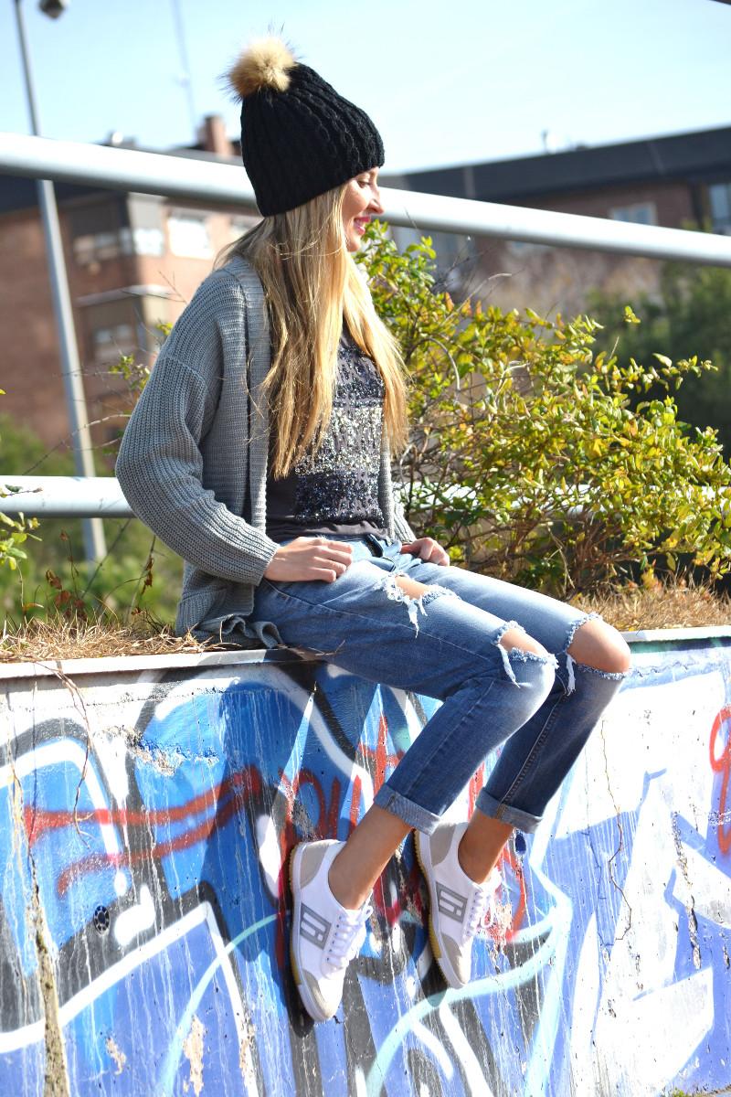 Boyfriend_Jeans_abrigo_Negro_Gorro_Pelo_Sneakers_Lara_Martin_Gilarranz_Bymyheels (9)