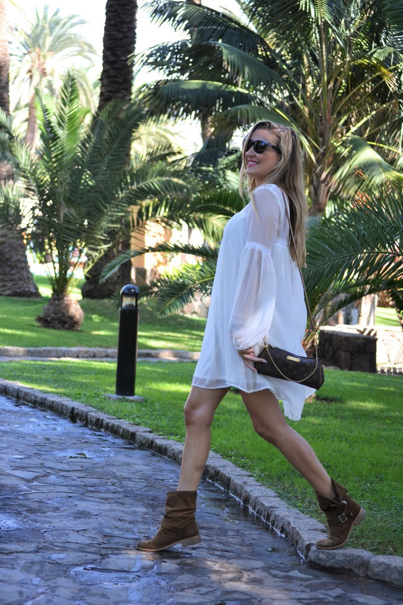 white_dress_gran_canaria_boots_pochette_eva_louis_vuitton_lara_martin_gilarranz_bymyheels-25